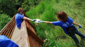 Oregon employees volunteer their time at numerous organizations and schools. Intel matches volunteer hours with a monetary grant.