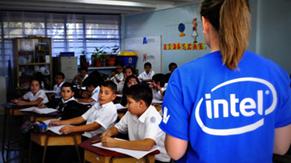 Voluntarios de Intel compartiendo con los estudiantes de Belén conceptos de emprendedurismo